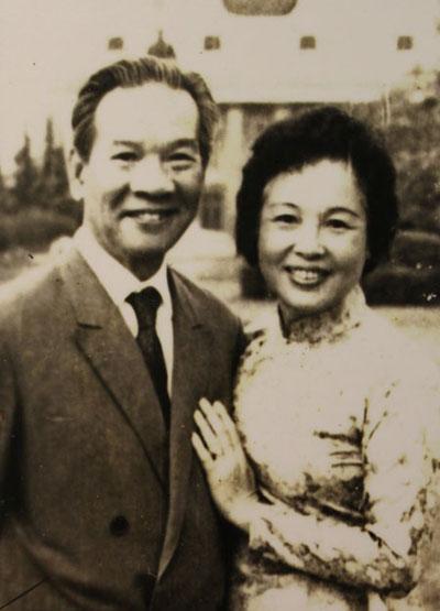 Nguyễn Văn Huyên cùng vợ Vi Kim Ngọc